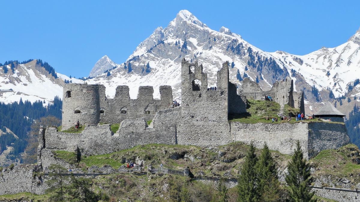 die Ruine Ehrenberg vor der Kulisse der Tannheimer Berge