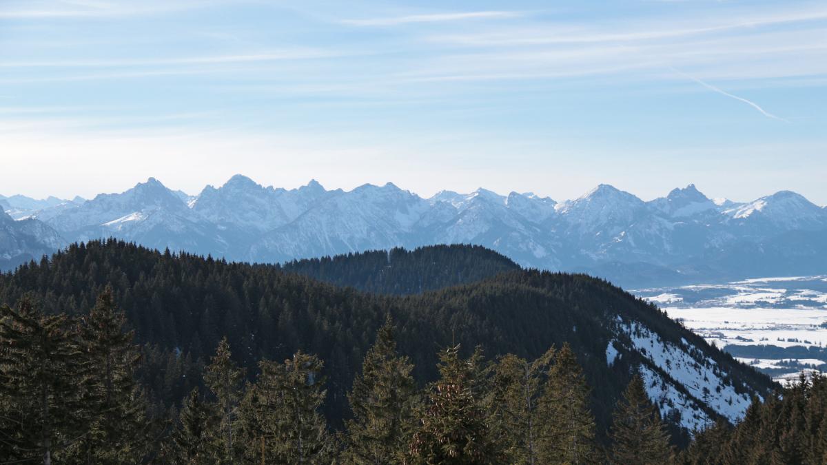 einer der seltenen Ausblicke am Aufstieg zum Wolfskopf - am linken Bildrand die bewaldete Erhebung des Hochrieskopfes und im Hintergrund die Tannheimer Berge