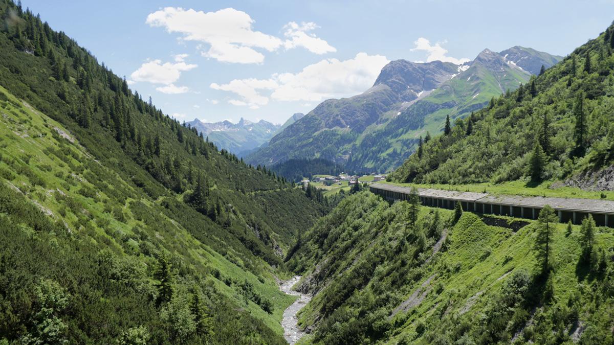 der Krumbach fließt tief unterhalb der Straßengalerie, vorbei an Warth um sich dann südlich von Lechleiten mit dem Lech zu vereinen