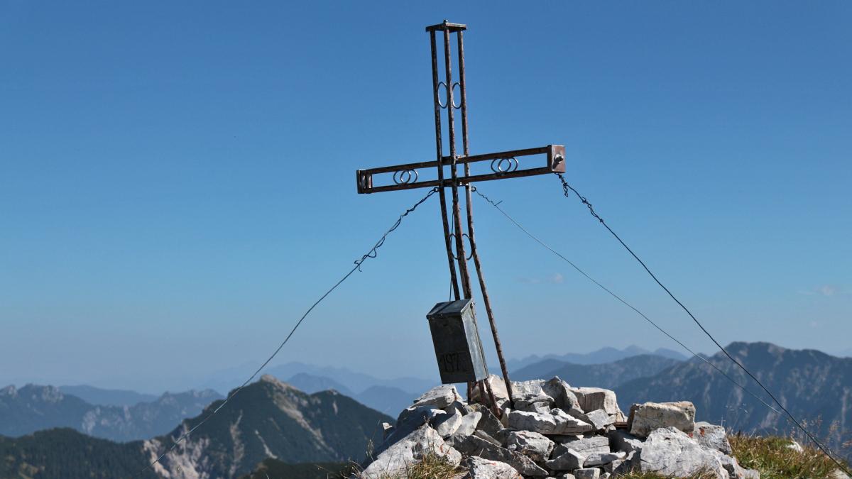 das mittlerweile etwas ramponierte Gipfelkreuz auf der Hochblasse