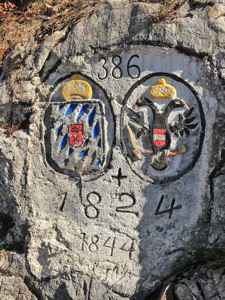 Felsplatte mit Grenzmarke 386 am Höllentalschrofen