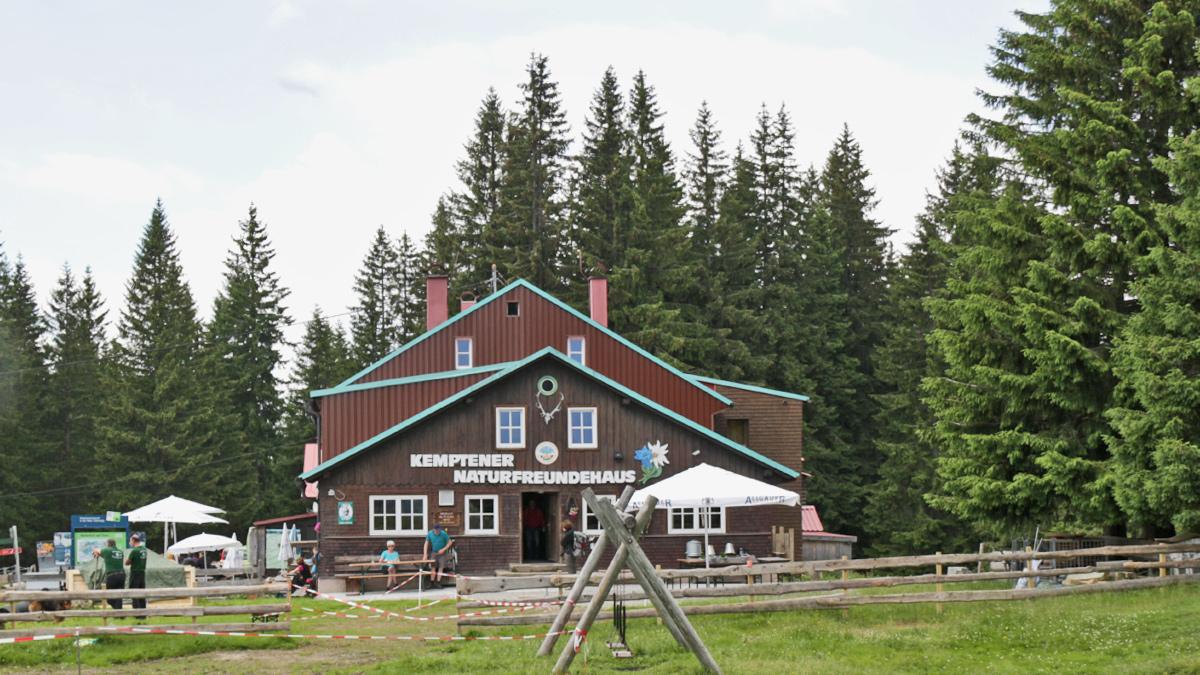 das Kemptener Naturfreundehaus im Sattel zwischen Gschwender Horn im Norden und dem Roten Kopf