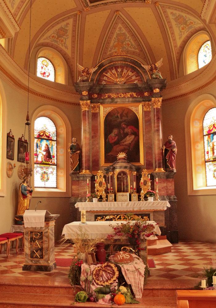 der Altarraum der Kirche St. Joseph in Zöblen