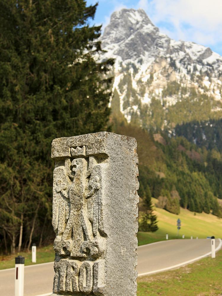 ein moderner 'Grenzstein' im Engetal