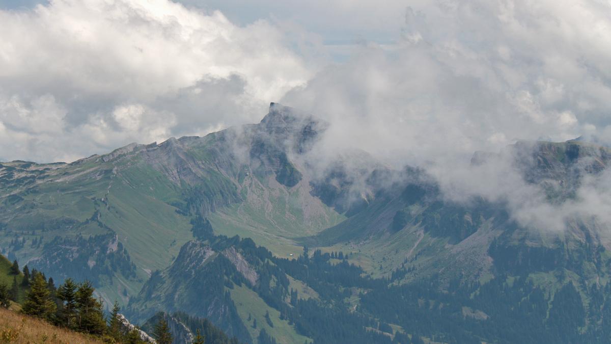 Nebelfetzen ziehen um den Gipfel des Hohen Ifen und geben nur kurz den Blick auf ihn frei