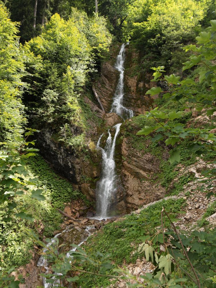 der Wasserfall am Abstieg vom Kessel der Guntenalpe hinunter in Richtung Erlis-Finnealpe