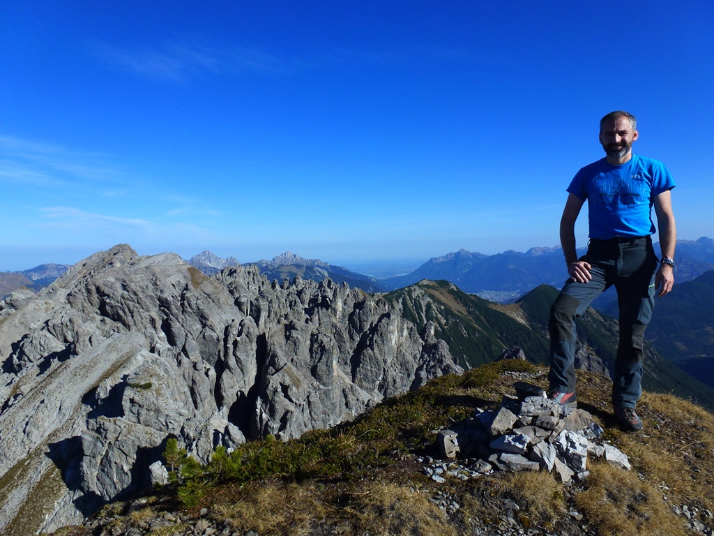 Tour vom 20.10.2017:  Von Weissebach via Hochegghütte über den direkten Nordanstieg auf die Scharte 1897m und weiter auf die Schwarzhanskarspitze 2227m. Hier startet die heutige Tour eigentlich erst richtig. Die Mittergrotzenspitze 2193m ist dennoch schnell erreicht. Noch schneller steht man sogar auf der Pleisjochspitze 2201m (beides I). Der Weiterweg zum Rauhen Kopf 2230m ist mit gutem Spürsinn und Erfahrung mit max.II recht gut zu erreichen (2 Besuche 2017). Schutt und Bruch muß man aber schon mögen. CKurz vor dem Erreichen der Pleishütte geht der markierte Weg zur Pleisspitze. Diesen Gipfel besuchten wir natürlich auch noch. Der Rückweg von der Pleisspitze 2121m nach Stanzach ist einfach und rundet die Tour noch ab.  ges. 1800Hm Aufstieg / 1950 Hm Abstieg. ca.17km  - bis T5-6 II