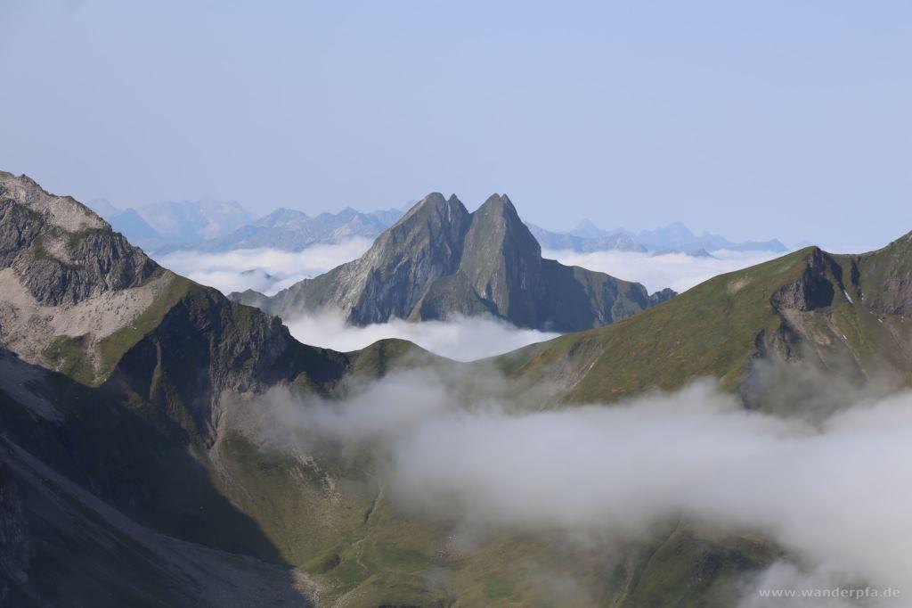 Höfats vom Wiedemer Kopf aus gesehen. Blick geht hinüber über den Himmelecksattel zwischen Großem Wilden (links) und Himmeleck/Schneck (rechts)