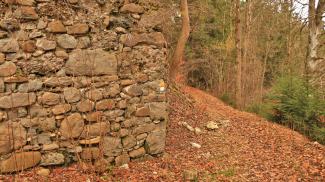 ruine  neuenburg  mauerreste  wanderweg