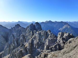 Blick von der Pleisjochspitze 2201m zum Rauhen Kopf 2230m