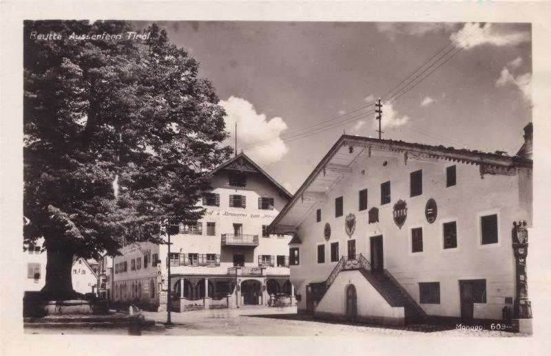 Lindenplatz vor dem heutigen Gemeindeamt (früher Kornspeicher), gegenüber der Gasthof Hirschen