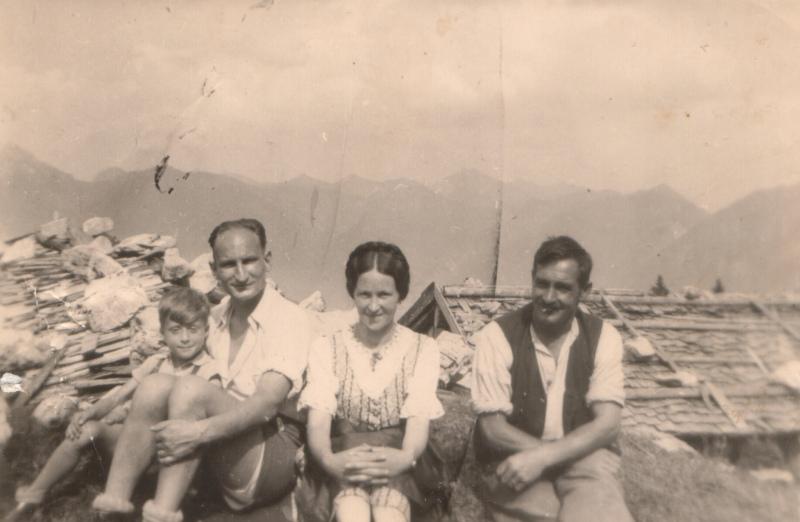Auf der Höfener Alm mit Blickrichtung Ammergauer Berge (August 1942)