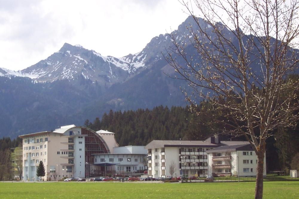 Der moderne Neubau des Bezirkskrankenhaus Reutte wurde im Juli 1997 in Betrieb genommen (Aufnahme aus dem Jahre 2003)