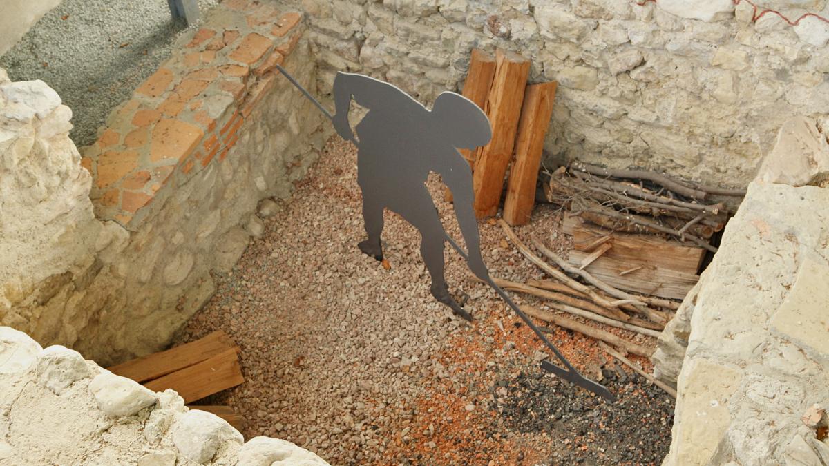 der Heizer hat ordentlich zu tun um die Hypokaustheizung für die Bäder auf Hitze zu halten (Römerbad Schwangau, Villa rustica)
