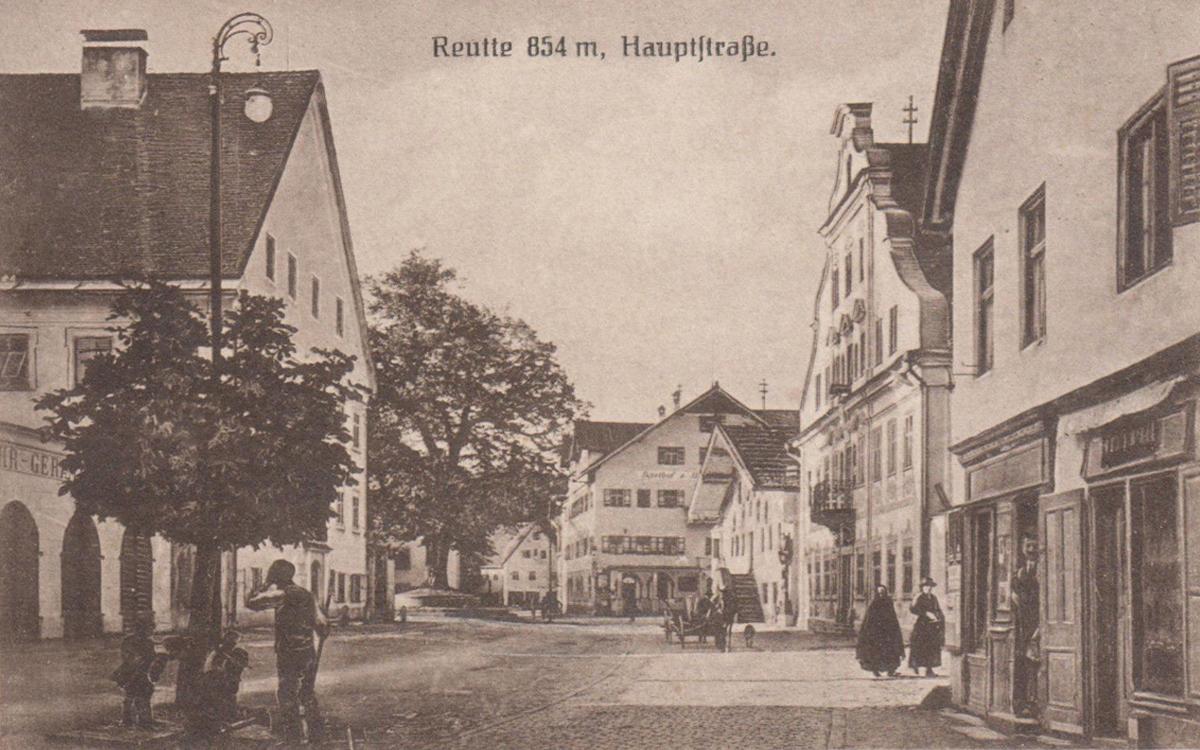 Blick auf den Reuttener Lindenplatz bei der Gemeinde (1920)