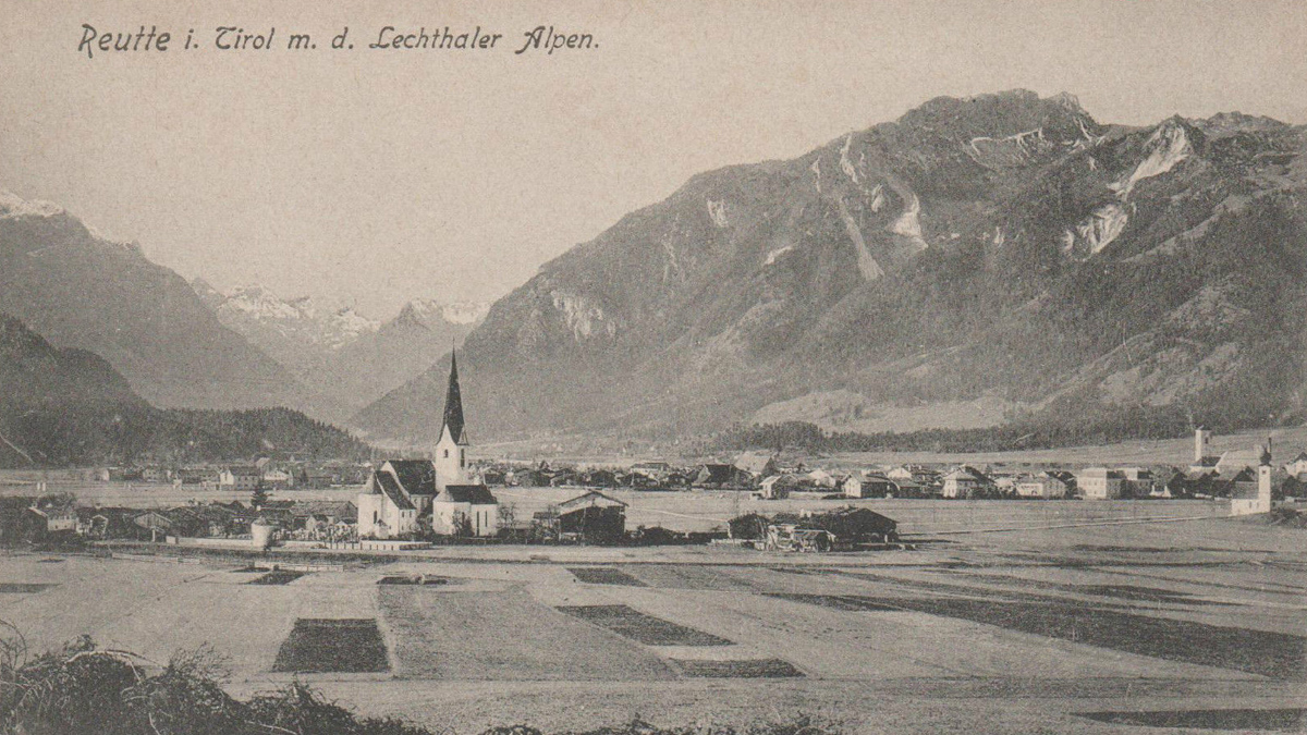 Blick auf die Pfarrkirche von Breitenwang und auf Reutte - im Hintergrund die Gaichtspitze (1905)