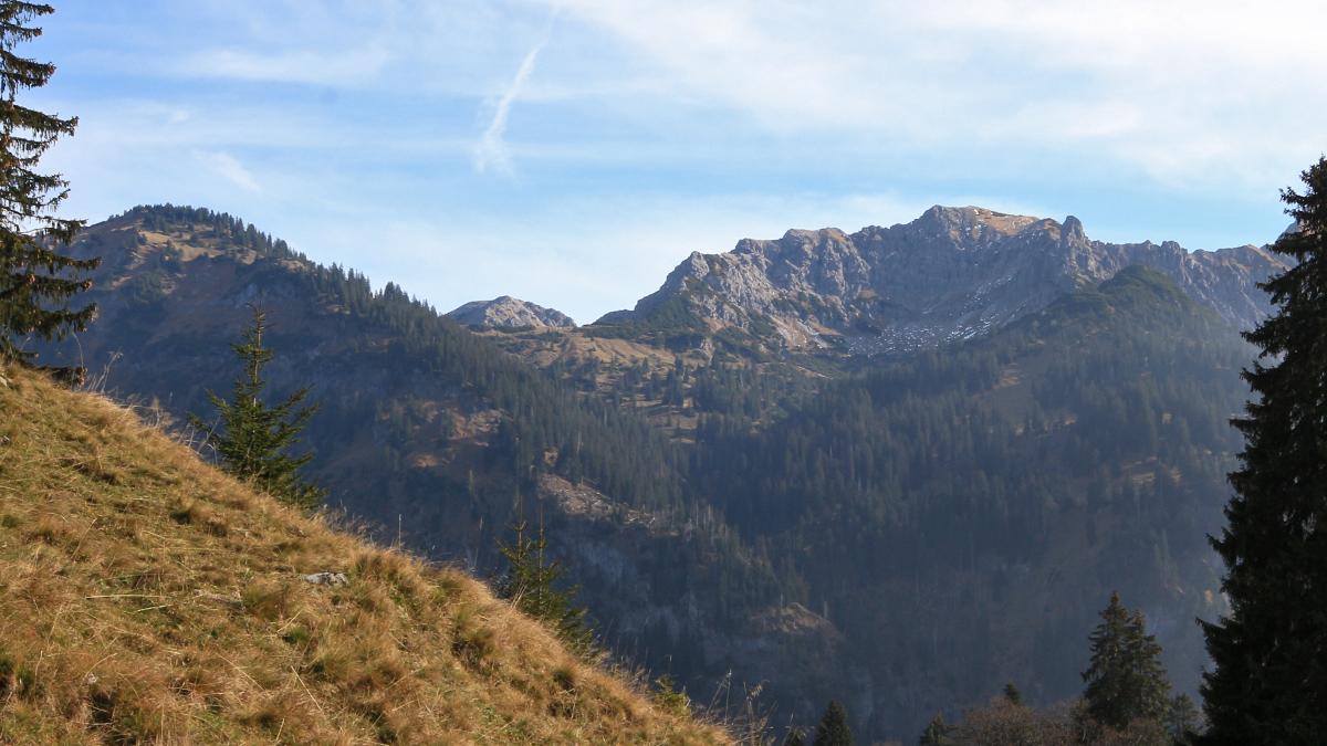 Blick vom Unterschwarzenberg hinüber zum Sattelkopf