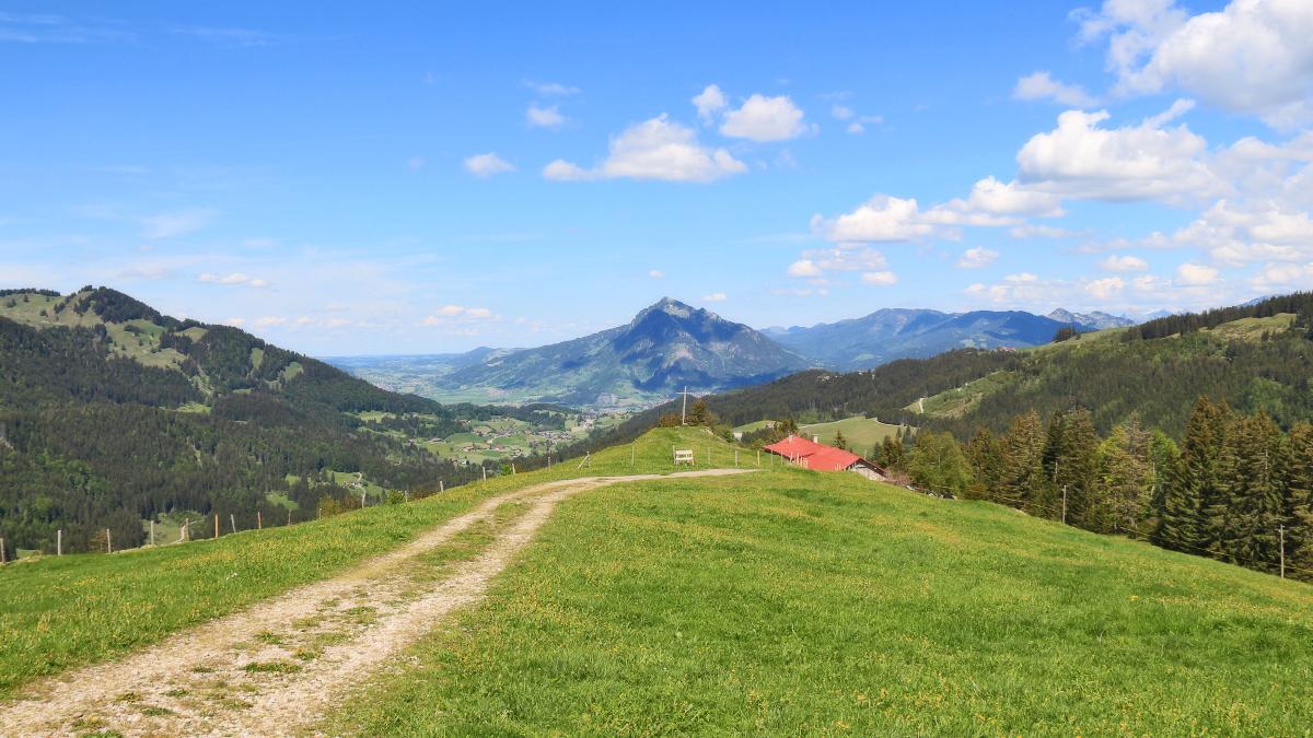 Blick über die Mittelbergalpe hinab in das Gunzesrieder- und Illertal und zum Grünten