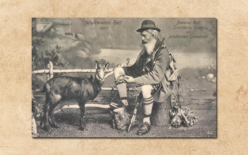 der Schützenkönig Donatus Rief aus Tannheim mit seinem gezähmten Gamsbock (1907)