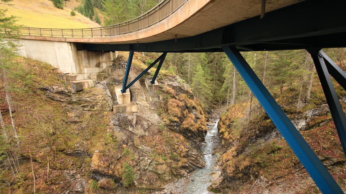 die Sommerbergbachbrücke überspannt die Schlucht am Zusammenfluss von Sommerbergbach und Namloser Bach