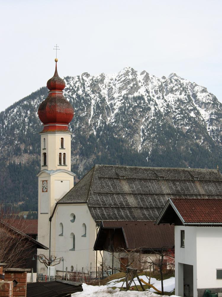die dem hl. Martin geweihte Pfarrkirche von Wängle - im Hintergrund der Tauern