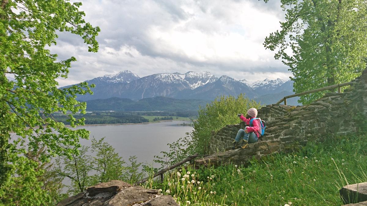 die 'kleine Forscherin' genießt den Ausblick von der Burgruine Hopfen über den Hopfensee