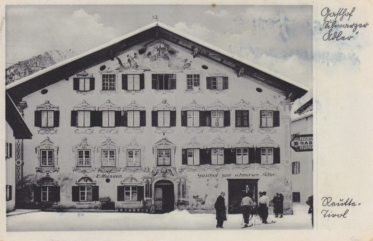 der Gasthof 'zum schwarzen Adler' des Eduard Hornstein und auf der Straße befindlichen Langläufern, damals noch leicht möglich - Foto: Rudolf Rose - Karte gelaufen 1940