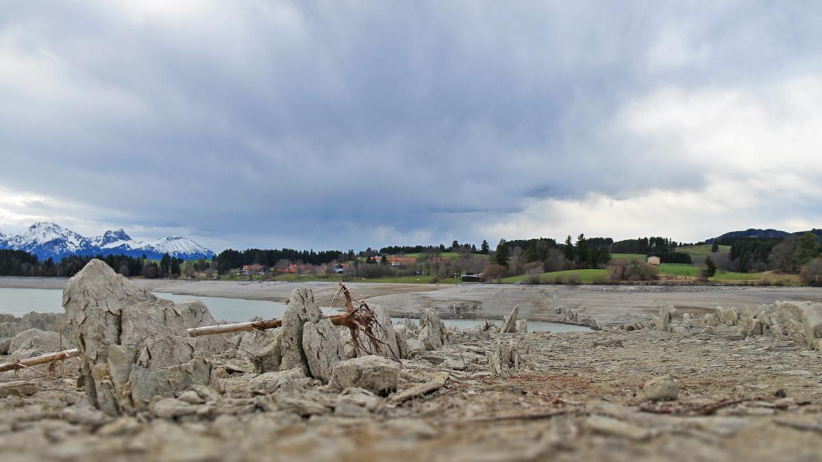 der Lechdurchbruch bei Dietringen ist nur bei abgelassenem Wasserstand des Forggensees sichtbar