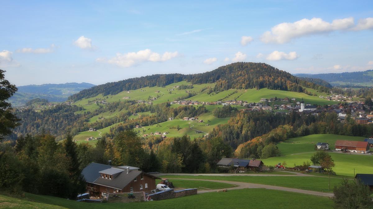 Ausblick von Korlen hinab nach Hittisau - darüber der Rotenberg