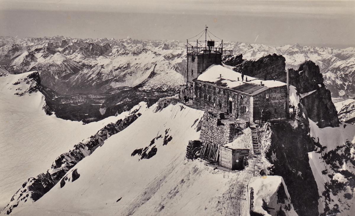 das Münchner-Haus am Zugspitzgipfel - damals war es noch beschaulicher - gelaufen 1933
