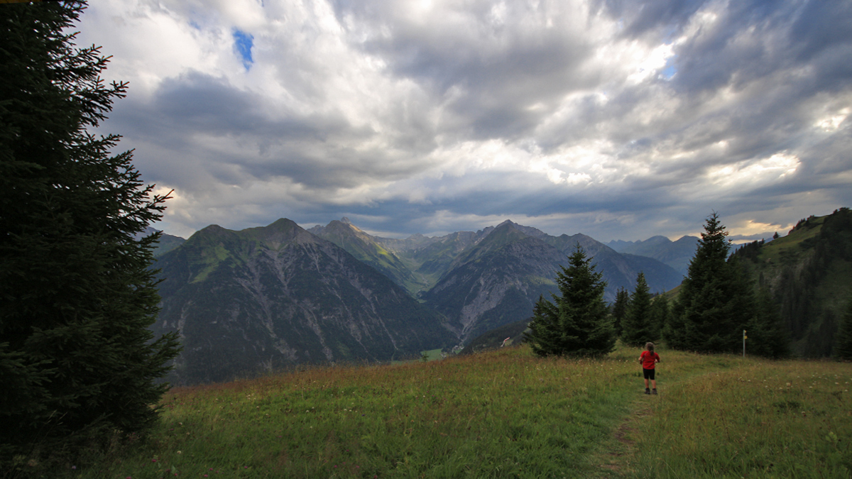 am Abstieg vom Bernhardseck über den Grünberg - im Hintergrund das Sulzltal bei Stockach
