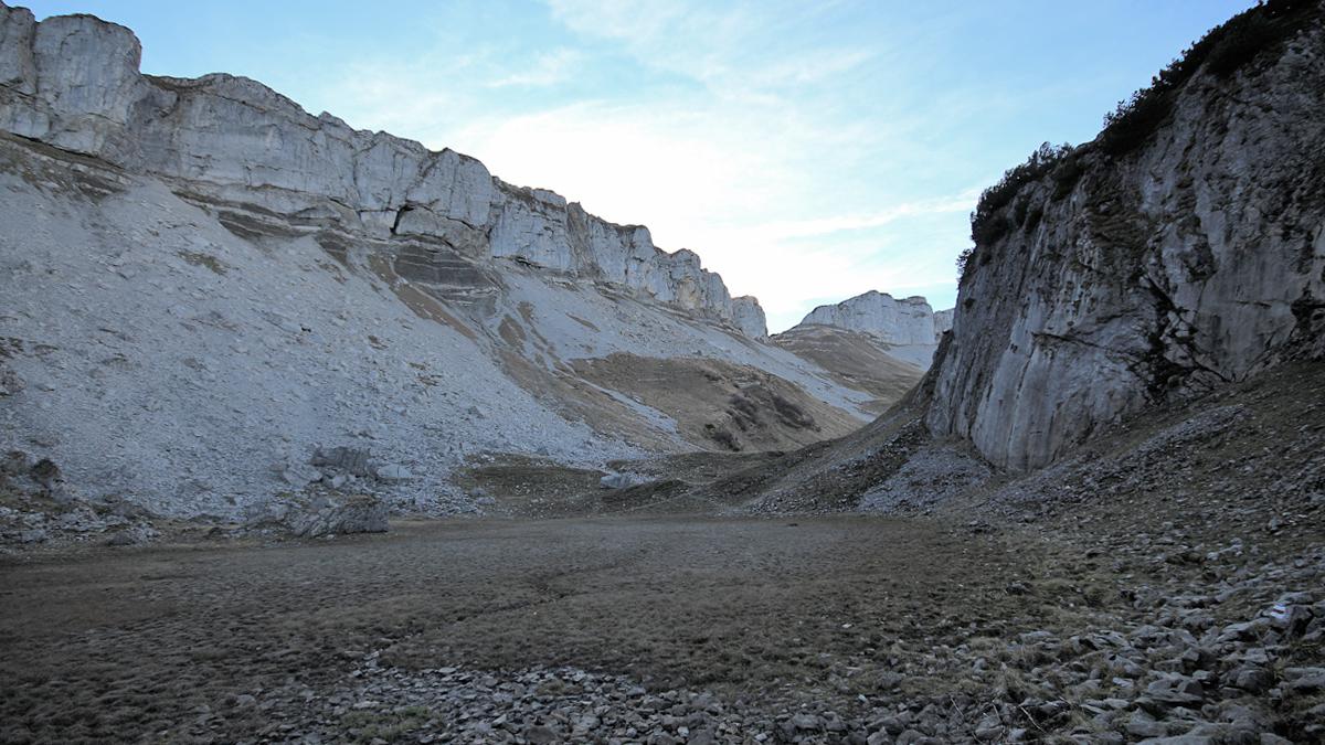 der westliche Teil der Oberen Gottesackerwände und die Ausnehmung der Gottesackerscharte - darunter der längst verlandete kleine See westlich des Torkopfes