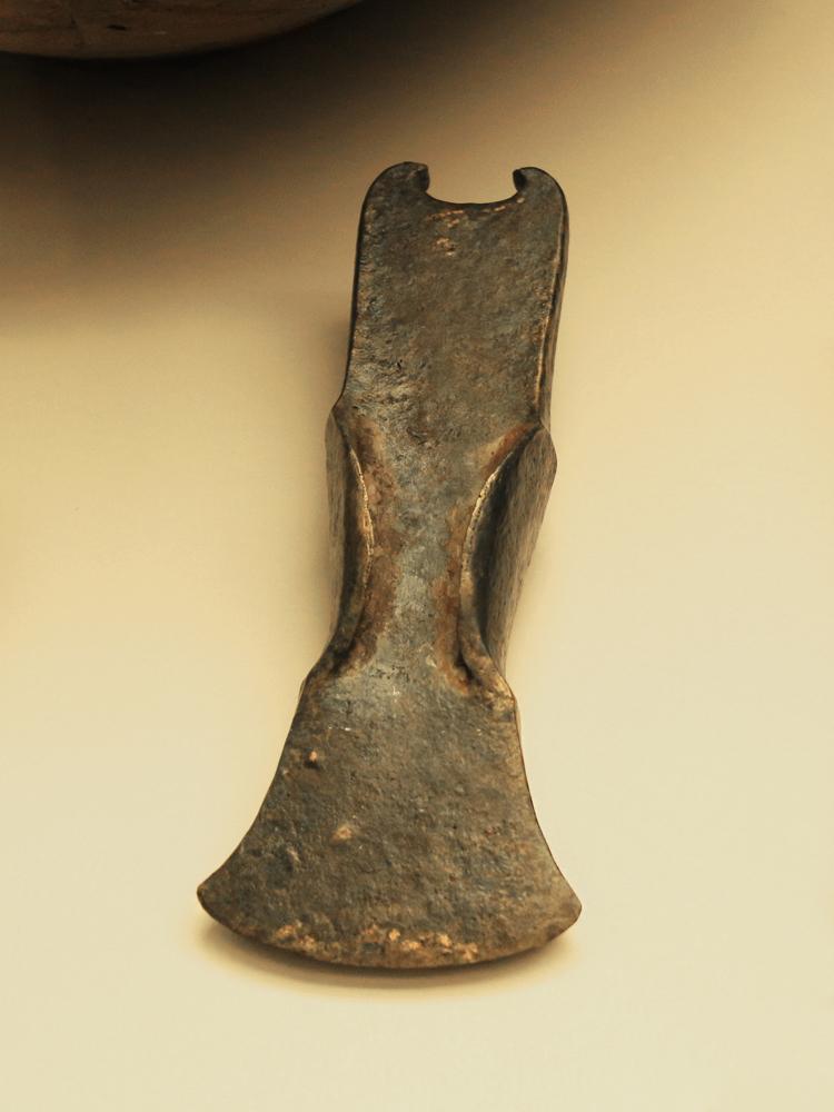 ein Lappenbeil aus einem bronzezeitlichen Depotfund bei Hohenschwangau