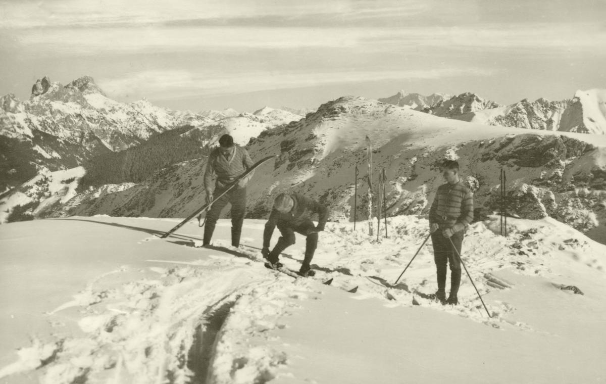 Skifahrer bereiten sich für die Abfahrt vom Zirleseck vor - Fota A. Gehring - gelaufen 1930 (?)