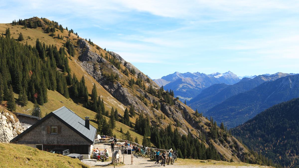 die Gräner Ödenalpe mit Ausblick in die Lechtaler Alpen