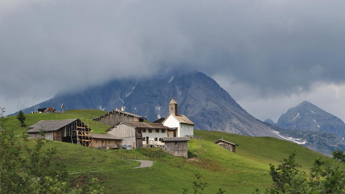 Die Siedlung Bürstegg ist die höchstgelegene Walsersiedlung Vorarlbergs (1719 m.ü.N.N.). Früher ganzjährig bewohnt, wird sie heute nur noch in den Sommermonaten als Alpe genutzt.