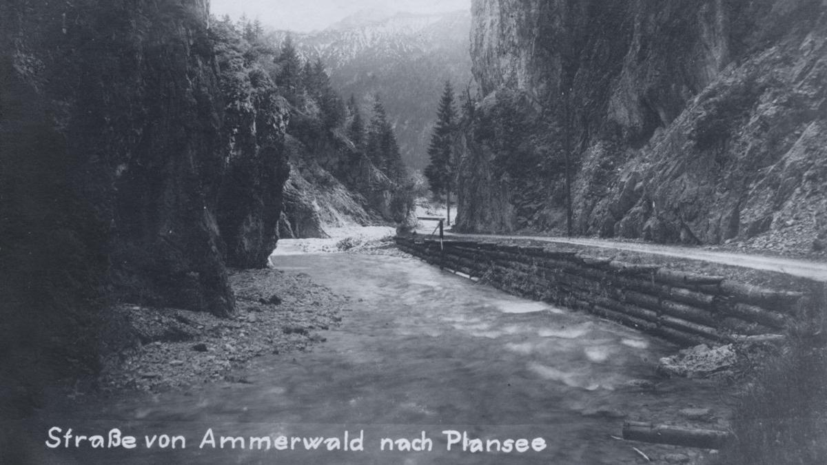 der Straßenzug von Ammerwald zum Plansee - bei den Torsäulen - ca. 1915 bis 1920