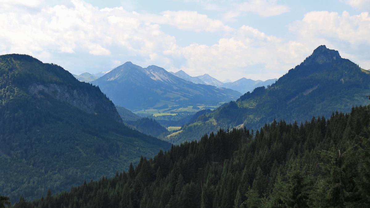 Blick über das Vilstal hinüber zum Oberjoch - rechts der Sorgschrofen