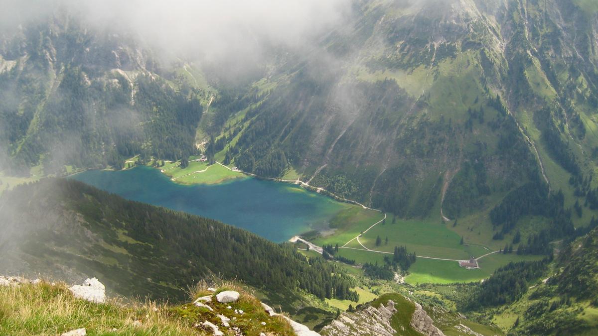 Gipfelblick vom Gaishorn hinab zum Vilsalpsee und der Vilsalpe (re. im Bild)