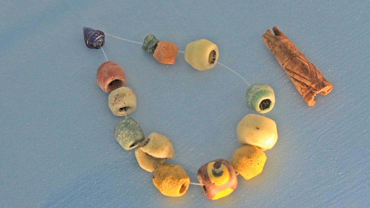 Glasperlen und ein Geweihanhänger (eine sogenannte Donarkeule) einer Halskette - Quelle: Infozentrum Via Claudia Augusta in Roßhaupten