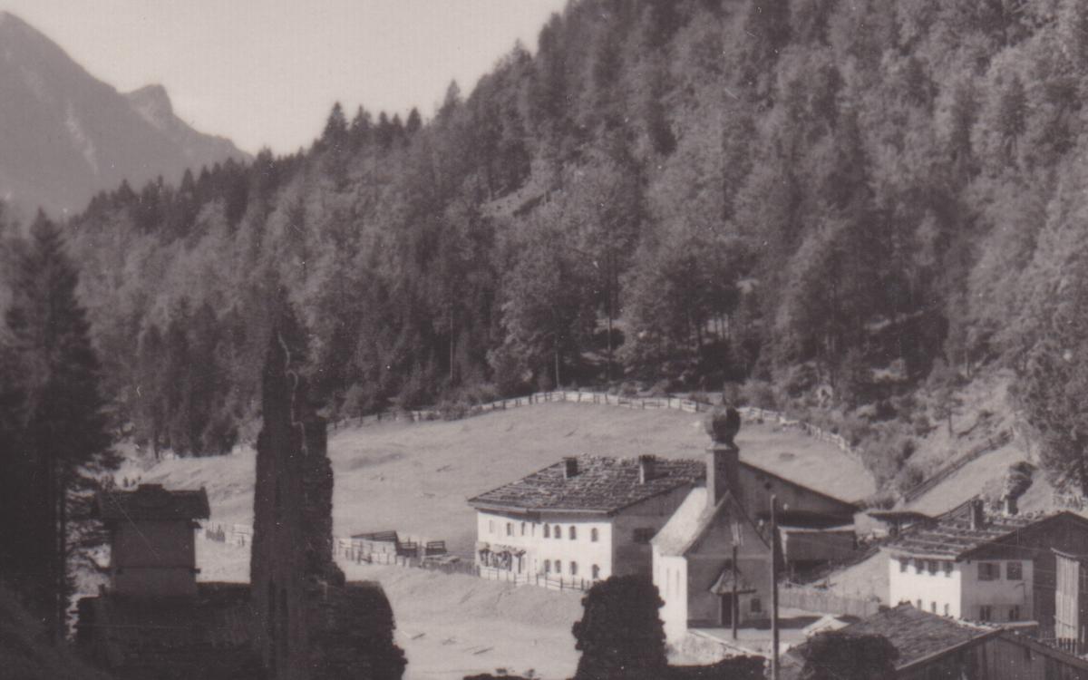 die ehemalige Kaserne (Bildmitte) bei der Klause Ehrenberg - Kunstverlag W. Stempfle (wohl 40er Jahre)