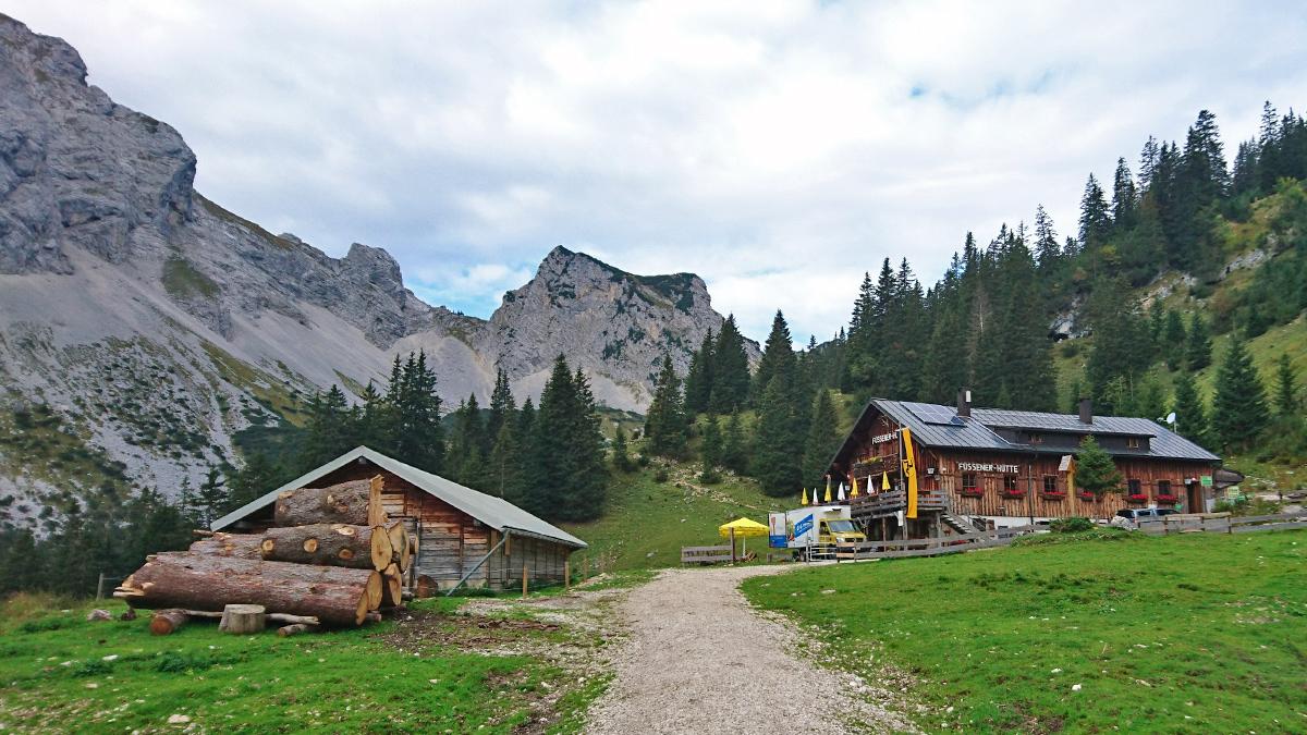 die Füssener Hütte mit dem Schartschrofen