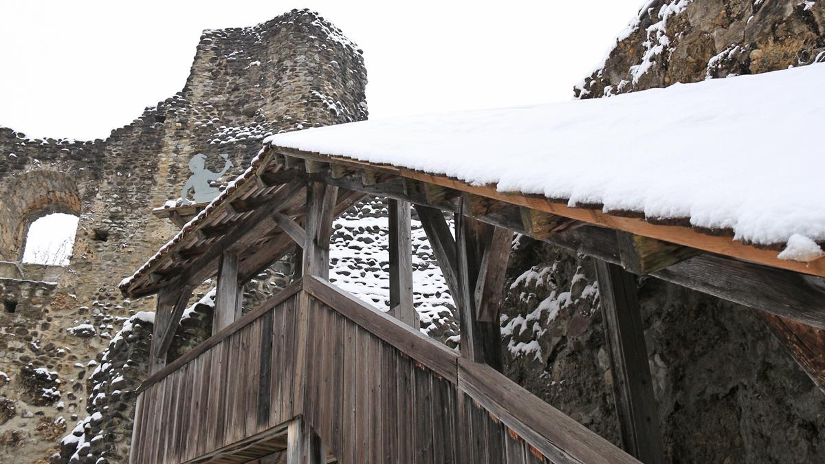 die Mauerreste der Nordwand in der Ruine Alt-Trauchburg