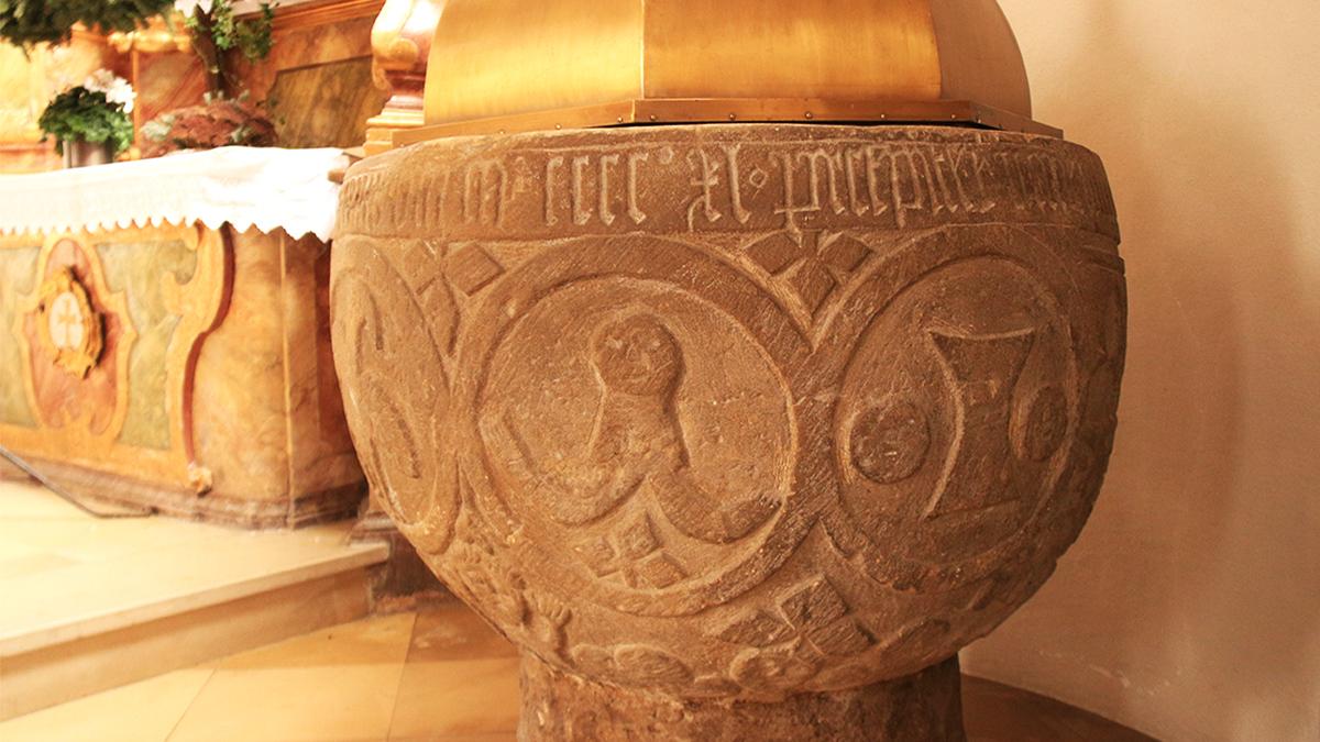 der Taufstein der Pfarrkirche in Elbigenalp zieht das Interesse durch die seltsamen Figuren auf sich, welche auf ihm abgebildet sind