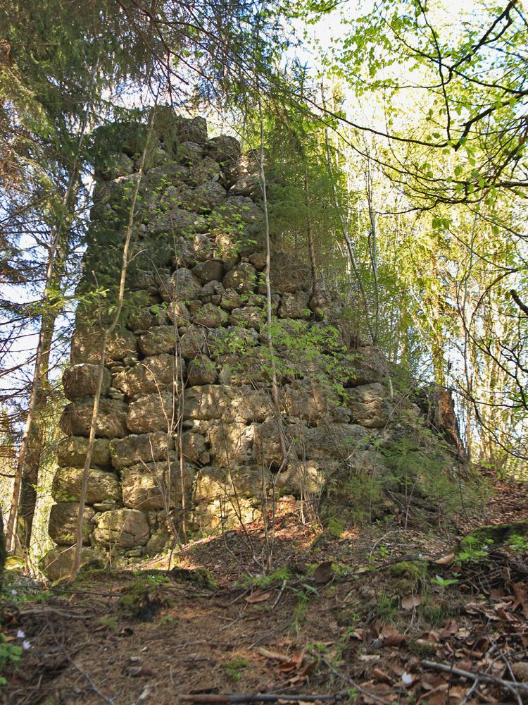 der zweite Rest eines Mauerzuges auf dem Geländesporn