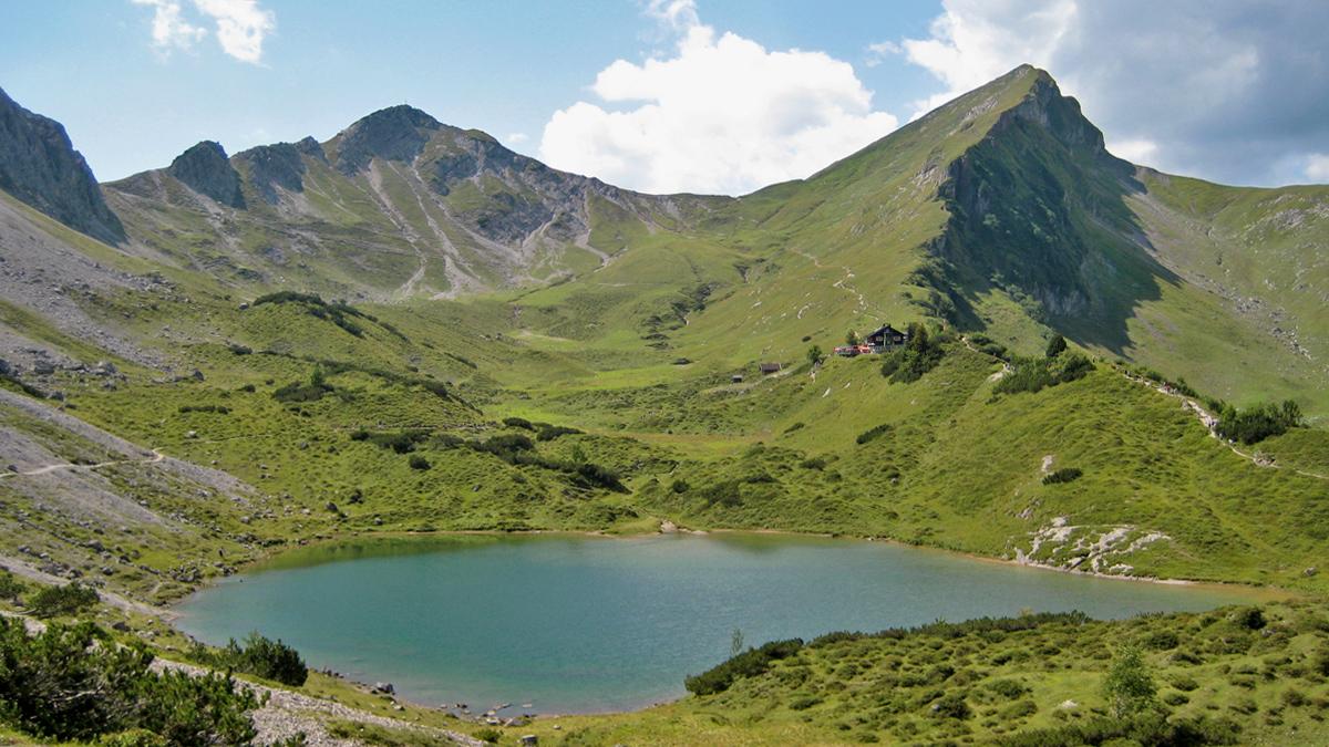 Blick hinweg über die Lache (See) zu der Landsberger Hütte, der Steinkarspitze (li.) und Rote Spitze