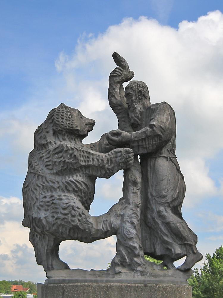 bei der St.-Gallus-Brücke in Wangen - Gallus (lat. der Kelte) war Wandermönch und Missionar und war eine Art Vorläufer für das Wirken des Hl. Magnus. Gallus gilt als Gründer des Klosters St. Gallen, welches auch eine Wegstation für Magnus darstellte