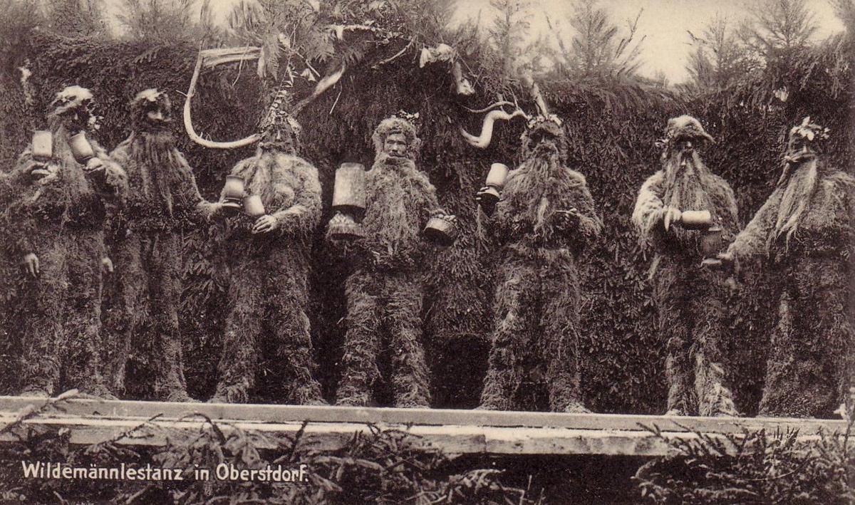 der traditionelle Wildemännlestanz in Oberstdorf darf nur von Darstellern alteingesessener Obestdorfer Familien aufgeführt werden