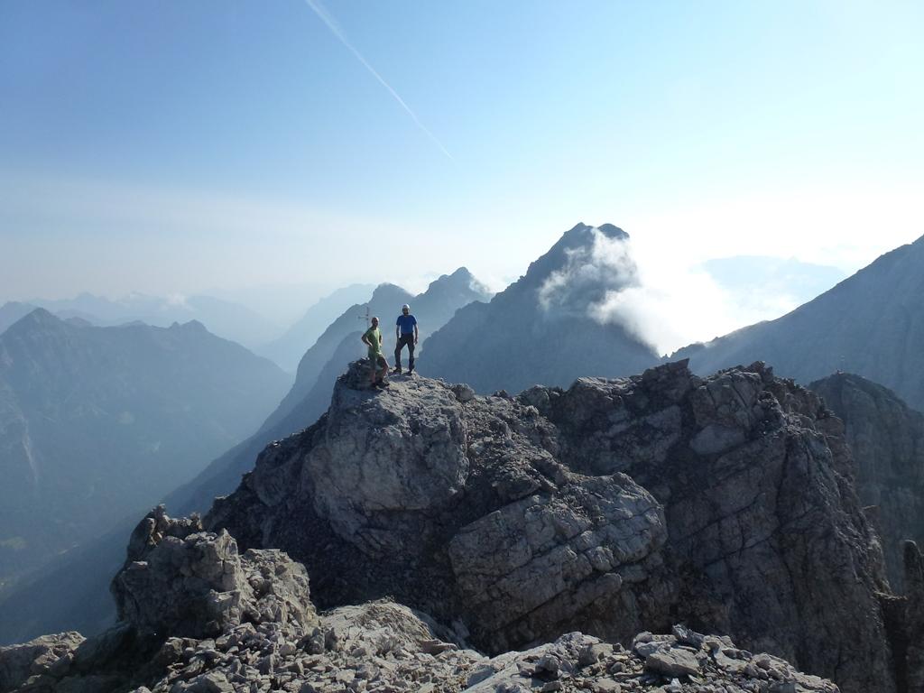 Von Häselgehr ins Haglertal und übers Gliegerkar zur Gliegerscharte und weiter zur Gliegerkarspitze (Ostgipfel) 2551m I.  Nach einem kurzem Überblick ging es noch zur Gliegerkarspitze (Westgipfel/Hauptgipfel) 2575m II+. Wieder am Ostgipfel angekommen sind wir über den Westgrat auf die Bretterspitze 2608m II.  Abstieg zur Schwärzerscharte und Querung zur Griesscharte. Die Steinspitze 2349m I wurde auch noch kurz besucht.  ges. 13km und 1900Hm. Tour vom 21.8.18