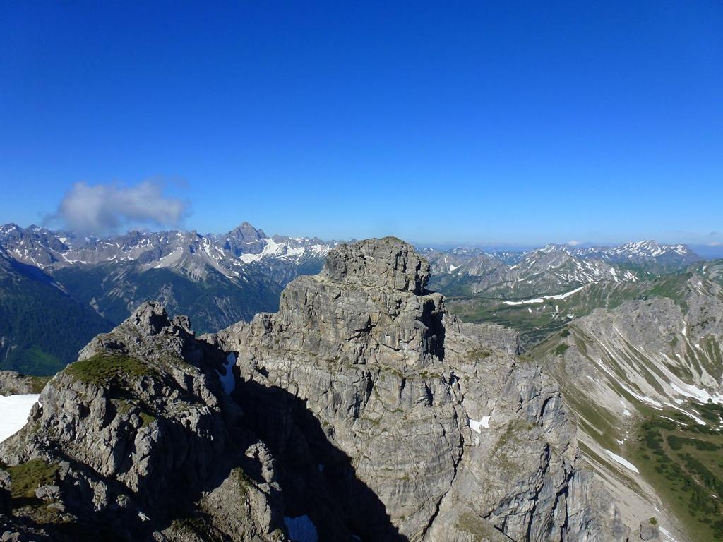 Blick vom östlichen Krottenkopf zum westlichen Krottenkopf (oder auch Luchsköpfe). Das Gipfelbuch (aus 2014) vom westlichen Krottenkopf ist komplett durchnässt und somit schon unbrauchbar.  Start war in Weissenbach/Brunnwald via Führenberg und Notländer Kar auf die Lailachspitze 2274m. Danach auf einen Kurzbesuch auf beiden Krottenköpfe bis I+. Die Runde führte uns dann weiter über die Lachenspitze 2126m und  Schochenspitze 2069m. Von der Schochenspitze wieder kurz zurück, um den Abstieg Richtung Gappenfeld ins Birkental zu erwischen. Via Höflishütte und durchs Krottental nach Rauth.  Ca.20,5km/2100Hm. Bis auf ganz wenige Stellen alles schneefrei.  Tour vom 16.6.18